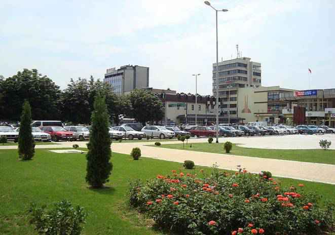 Dosya:Hotel Macedonia and the square.JPG
